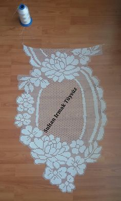 This Pin was discovered by Kar Filet Crochet, Art Au Crochet, Crochet Motif, Crochet Doilies, Doily Patterns, Cross Stitch Patterns, Crochet Patterns, Crochet Table Runner, Crochet Tablecloth