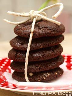Mørke sjokoladecookies med hvit sjokolade ;) Cookies, Chocolate, Desserts, Food, Crack Crackers, Tailgate Desserts, Deserts, Biscuits, Schokolade