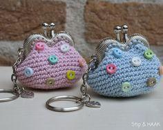 Free (Dutch) pattern from 'Stip en Haak' Crochet Wallet, Crochet Coin Purse, Crochet Purses, Crochet Bags, Diy Crochet, Crochet Crafts, Crochet Projects, Crochet Handbags, Knitted Bags