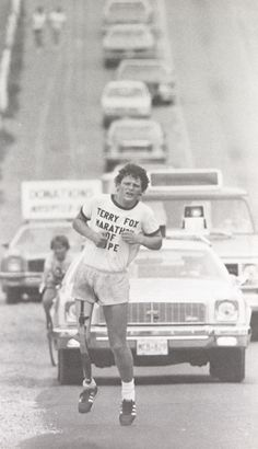 Terry Fox hoped to raise one dollar for each of Canada's 24 million people, a goal he met despite being forced to end his run after 143 days and kilometers when his cancer spread to his lungs. He died nine months after being forced to end his marathon. I Am Canadian, Canadian History, Canadian People, Canadian Things, Retro Pictures, Retro Pics, Sports Pictures, Moving Pictures, Exercises