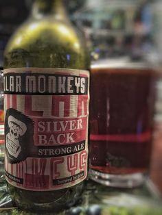 Vahva Polar Monkeys Silverback on tumma mahongin sävyinen ja maltainen ale-olut.