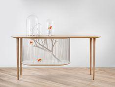 Gregoire De Lafforest décide de casser les conventions en intégrant à une console, une cage à oiseaux et des cloches de verre communiquant entre elles. Inspiré notamment des cabinets de curiosités et réalisé par les Ateliers Seewhy, son incroyable projet est exposé en ce moment à la Galerie Gosserez.