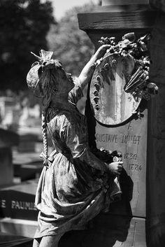 Cimetière du Montparnasse (Paris) - a monument to an artist Cemetery Monuments, Cemetery Statues, Cemetery Headstones, Old Cemeteries, Cemetery Art, Angel Statues, Graveyards, Gardens Of Stone, Cemetery Angels