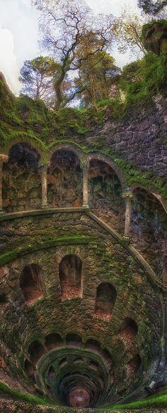 """Poço iniciático, Quinta da Regaleira, Sintra, Portugal - É um magnífico poço, conhecido como """"Poço Iniciático"""" uma espécie de torre invertida que submerge nas profundezas da terra. De quinze em quinze degraus vão-se descendo os nove patamares desta galeria em espiral, sustentada por colunas."""