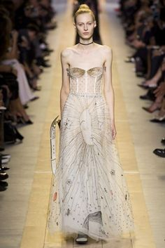 The complete Christian Dior Spring 2017 Ready-to-Wear fashion show now on Vogue Runway. Fashion Week Paris, Trend Fashion, Fashion 2017, Runway Fashion, Fashion Models, High Fashion, Fashion Show, Fashion Designers, Haute Couture Style