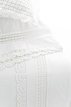 crochet white edge sham Beautiful idea but no pattern.