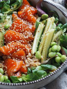 Laksesashimi med ris og salat