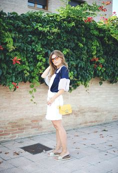 BLOG DE MODA Y LIFESTYLE. Navy t-shirt with striped details+white dress+golden flat sandals+yellow shoulder bag. Summer outfit 2016