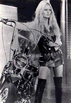 Brigitte Bardot and Harley Davidson Brigitte Bardot, Bridget Bardot, Lady Biker, Biker Girl, Chaussures Roger Vivier, Harley Davidson, Motard Sexy, Estilo Cowgirl, Business Casual