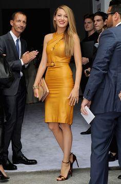 Blake Lively in schickem Leder Kleid mit Gürtel