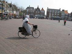 Zeeuwse dame op de fiets in Middelburg