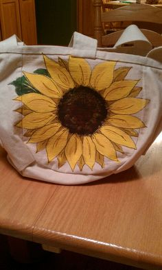 Hand painted sunflower on canvas bag - Jill's Art-Crafts Projects Diy Tote Bag, Diy Purse, Fabric Painting, Fabric Art, Painted Canvas Bags, Tote Bags For College, Sunflower Canvas, Arts And Crafts, Art Crafts