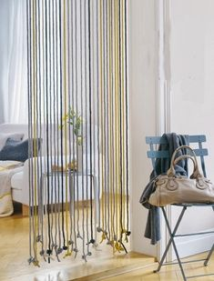 Solutions to separate spaces without partitioning - Trendy Home Decorations String Curtains, Diy Curtains, Home Crafts, Diy Home Decor, Changing Spaces, Bamboo Room Divider, Build A Wall, Open Bookcase, Oriental Furniture