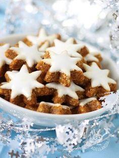 Cookies frosted to the almond flour - Che ne dite di riempire una scatola di latta con questi Biscottini glassati alla farina di mandorle? Sono golosissimi e adatti anche ai più piccoli.