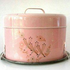 love this color - great design ideas Vintage pink cake carrier. Vintage Tins, Vintage Dishes, Vintage Love, Vintage Decor, Vintage Antiques, Retro Vintage, Vintage Stuff, Vintage Kitchenware, 1950s Decor