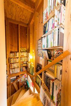階段の壁面を書庫のように活用。
