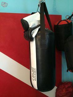 Nyrkkeilysäkki ja hanskat