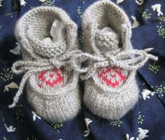 These Tiny Baby Moccasins are just to dang cute! #knitting