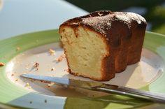 Voici un gâteau rapide, simple, et très bon ! Ingrédients - 4 œufs - 90 g de sucre - 1 yaourt - 120 g de farine - 200 g de chocolat blanc - 80 g de beurre - 60 g de poudre d'amandes Préparation 1) Faire fondre le chocolat blanc et le beurre au bain-marie....