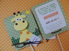 Convite pirulito safari confeccionado com papel de scrapbook e girafa, acompanha tag com nome do convidado.  Quantidade minima: 20 unidades Tamanho: 10,5 alt x 8 larg cm R$ 6,60