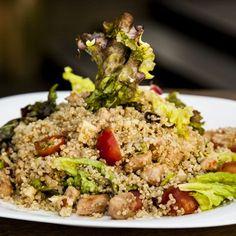 Salada de quinoa com cubos de frango marinado em molho tailandes, mix de folhas, tomate cereja, castanha do pará e raspas de limão siciliano