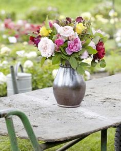 Aby vám dlhšie vydržali, rozkvitnuté kvety režte vždy ráno, ale spúčikmi večer.    Casprezeny.sk Glass Vase, Table Decorations, Ale, Furniture, Home Decor, Decoration Home, Room Decor, Ale Beer, Home Furnishings