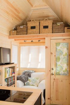 House Lora's 192 square feet tiny house on wheels on Robins Air Force Base, Georgia. (pinned by haw-)Lora's 192 square feet tiny house on wheels on Robins Air Force Base, Georgia. Tiny House Swoon, Tiny House Living, Tiny House Plans, Tiny House On Wheels, Living Room, Small Room Design, Tiny House Design, Tiny Spaces, Loft Spaces