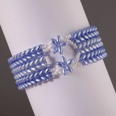 Instructions for super-duo bracelet with very pretty closure.  Easy but most of the directions are in sentence form with minimal diagrams. And, you need translation. Good if you've been working with super-duos  ~ Seed Bead Tutorials