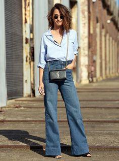 Street style com calça jeans pantalona + camisa jeans.