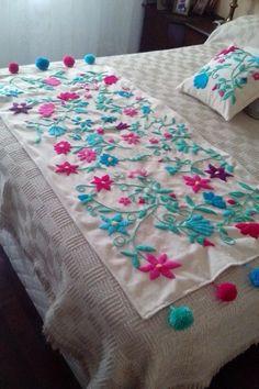 Pie De Cama Y Almohadones En Bordado Mexicano. - $ 3.000,00 Hand Embroidery Flowers, Hand Embroidery Designs, Embroidery Thread, Embroidery Patterns, Designer Bed Sheets, Bed Scarf, Mexican Embroidery, Embroidered Cushions, Bed Runner