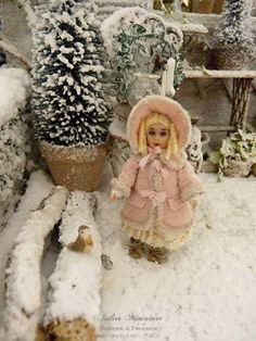 Poupée miniature française façon Bru en manteau d'hiver rose, Accessoire de maison de poupée à l'échelle 1/12 by AtelierMiniature on Etsy