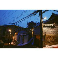 heeyoung_c 12.16.13  북촌 한옥 마을  북촌 여기저기를 다니면서 외국인 여행자들을 많이 보았다.  해가 진 후에도 지도를 들고…