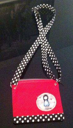 Bolso pequeño, con cinta regulable.