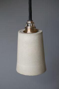 Beton-Lampe mit Messing-Lampenfassung und Textilkabel