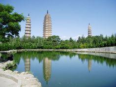 Las #Tres #Pagodas del Templo #Chongsheng se alzan imponentes a los pies del monte Diancang y a orillas del lago Erhai, próximas a la ciudad de Dali, en #China. El antiguo monasterio de Chongsheng, templo del antiguo Reino de Dali, sucumbió pasto de las llamas durante la dinastía Qing, pero sus tres pagodas, diferentes en tamaño e historia, perduraron hasta nuestros días erigidas en ladrillo y revestidas de blanca arcilla...