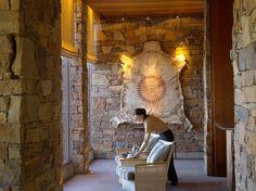 "Explore Amangani - Explore our Luxury Hotels - Aman Amangani - 這意味著""和平之家"" - 是棲息在東格羅文特雷小山在傑克遜霍爾,在懷俄明州高山峽谷的邊緣。"