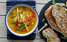 This Vegan Thai Coconut Soup comes with an easy Naan bread recipe. Both are vegan and gluten free. Mango and coconut give this soup a tropical twist. Naan Bread Vegan, Homemade Naan Bread, Recipes With Naan Bread, Vegetarian Stew, Vegan Stew, Vegan Curry, Vegan Soups, Vegan Meals, Vegan Dishes