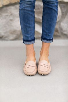 10 classic flats every woman should own - design darling Cute Shoes, Me Too Shoes, Women's Shoes, Shoe Boots, Dress Shoes, Flat Shoes, Tods Shoes, Shoes Sneakers, Moda Fashion