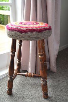 Crochet stool cover tutorial – The Green Dragonfly Bar Stool Covers, Chair Covers, Crochet Round, Free Crochet, Ravelry Crochet, Crochet Granny, Diy Crochet Patterns, Crochet Ideas, Crochet Projects