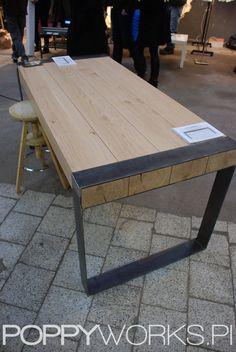Handgefertigte Esstisch. Modernes minimalistisches Design. Stahl und Holz.