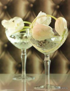 Jeu de tulipes blanches dans coupes à champagne gravées d'arabesque, photo de JL SCOTTO