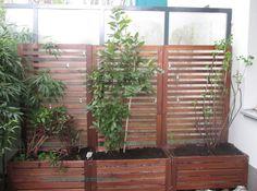 sitzbank sichtschutz und pflanzenst nder in einem balkonien pinterest sitzbank. Black Bedroom Furniture Sets. Home Design Ideas