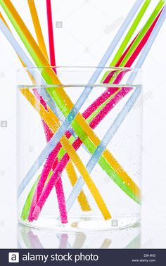 Download this stock image: Colorful drinking straws in glass of water - D914N3 from Alamy's library of millions of high resolution stock photos, illustrations and vectors.