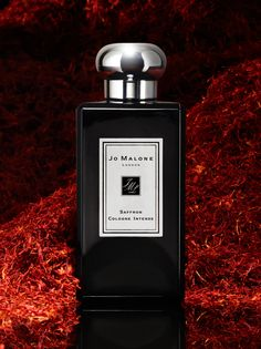 Golden Saffron. Spiced with pink pepper and the heat of incense. Striking against the creamy warmth of pale woods. A vivid statement.