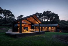 The need to anchor the Matapouri Road house to the land, generated the semicircular form hunkered into the hill. By Belinda George Architects Tree Tent, Timber Deck, Fish House, Timber Cladding, Prefab Homes, Minimalist Kitchen, Midcentury Modern, Living Spaces, Living Area