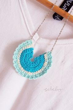 soaring-imagination: Crochet necklace in blues by Sibebo. Knitted Necklace, Crochet Earrings, Crochet Jewellery, Bead Earrings, Crochet Crafts, Crochet Projects, Love Crochet, Knit Crochet, Crochet Stitches