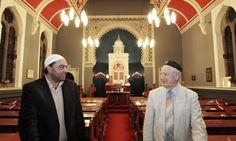 Zulfi Karim, secrétaire du Conseil des mosquées de Bradford, et Rudi Leavor, président de la synagogue de la réforme de Bradford. Photo: Gary Calton