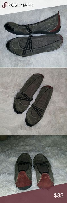 Privo by Clark's Ballet Slipper Flats * Like New * Excellent condition, Privo by Clark's Ballet Slipper Flats Size 7. Suede gray and maroon accents. Comfortable insole as Clark's is known for and no slip rubber sole, no signs of wear on sole. Comfort and style! Clarks Shoes Flats & Loafers