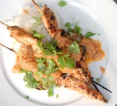 Kycklingspett med jordnötssås. Grillspett med marinerad kyckling i jordnötssås.