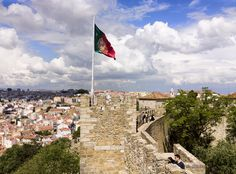Which national flag can been seen on this picture? #trivia #quiz #flag #castle #nation #question #quizquest
